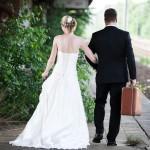 Ein Hochzeitspaar läuft Hand in Hand auf altem Bahnsteig in Potsdam.