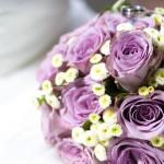 Brautstrauss mit pinken Rosen und Gänseblühmchen, Biedermeier.
