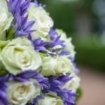 Hochzeitsfotograf Potsdam Biedermeierstrauss Brautstrauss Rose Ring blau