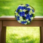 Brautstrauss-Kornblume-Biedermeierstrauß-Holztisch-Grün-blau