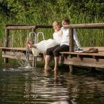 Brautpaar-Steg-Wasser-spritzen-See-ausgelassen-glücklich