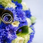 Brautstrauss-Kornblume-Biedermeierstrauß-Ringe-blau-grün